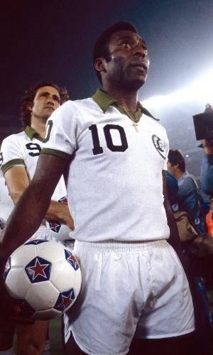 Pelé, em agosto de 1977, entrando em campo pelo New York Cosmos