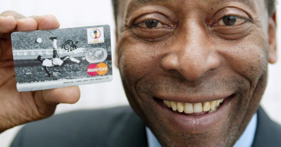 Pelé posa para propaganda da Mastercard, em 2002