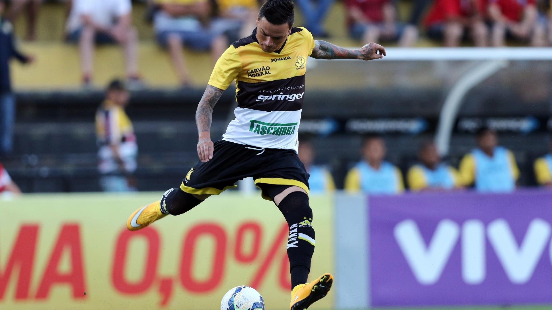 Fábio Ferreira chuta a bola em duelo Criciúma x Sport