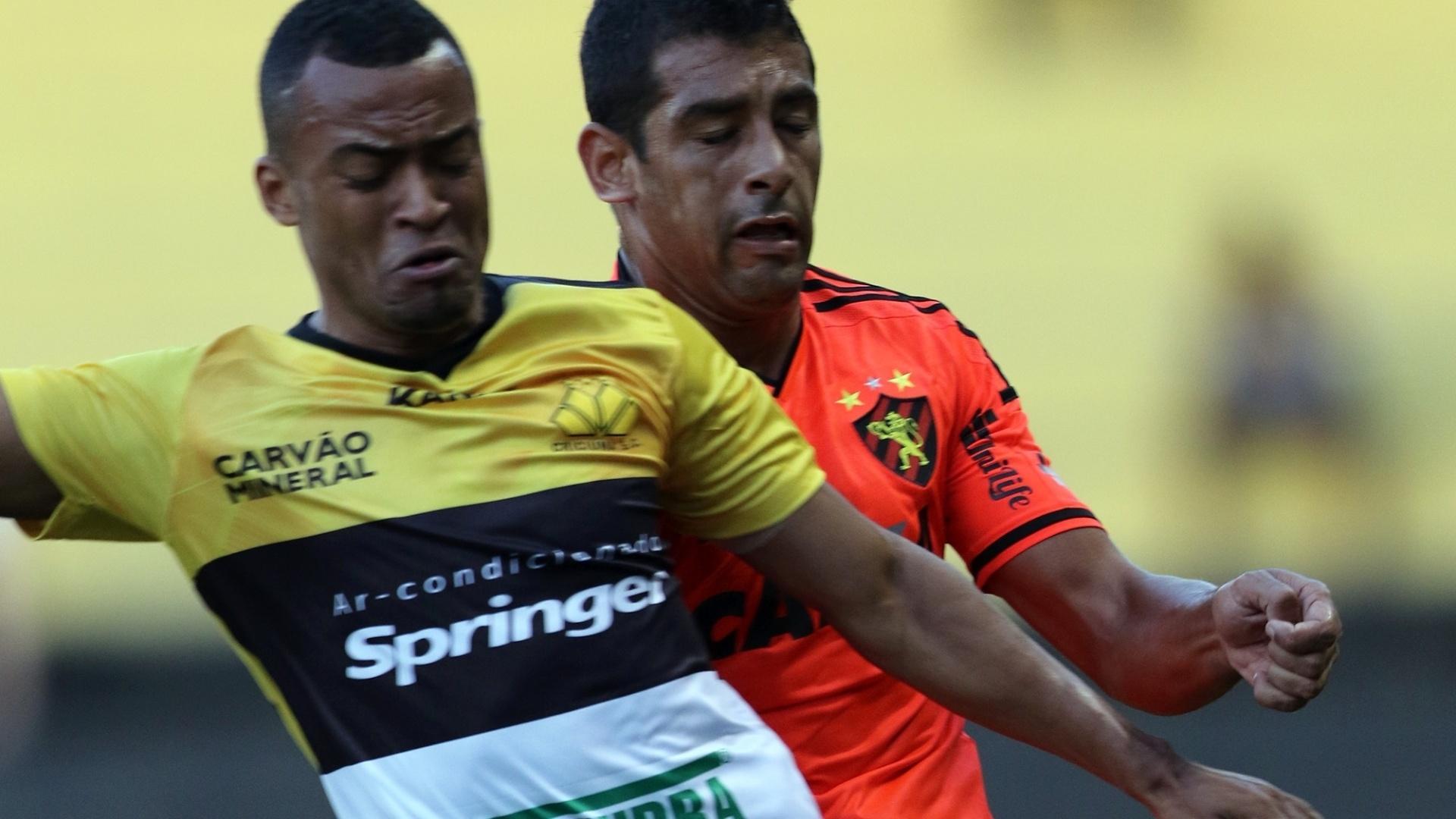 João Vítor (Criciúma) e Diego Souza (Sport) disputam a bola no gramado