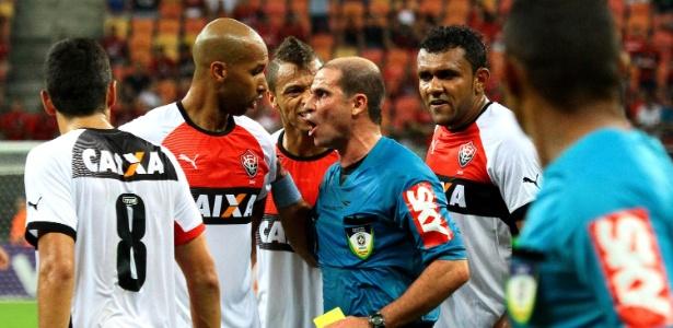 Jogadores do Vitória se desentenderam com arbitragem em jogo contra o Flamengo