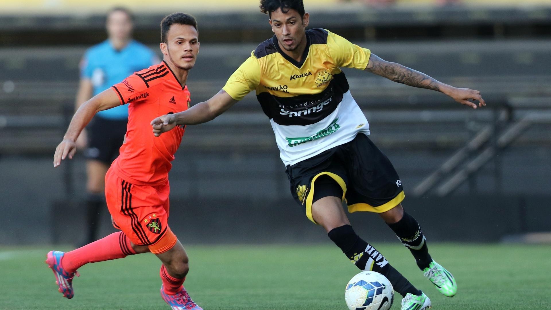 Observado por Renê, do Sport, Lucca arranca com a bola