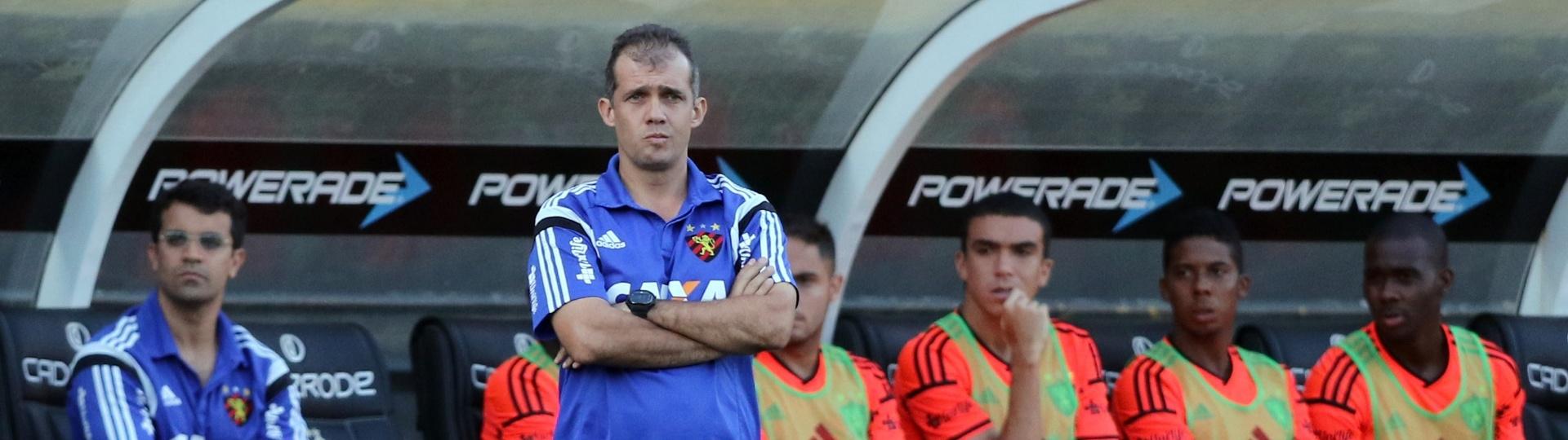 Técnico Eduardo Baptista, do Sport, observa o jogo á beira do gramado em Criciúma