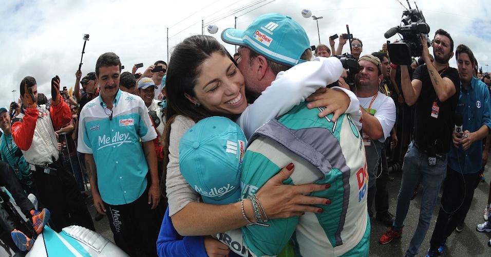 30.11.2014 - Rubinho abraça mulher e filhos após conquistar o título da Stock Car
