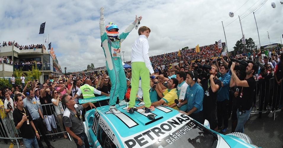30.11.2014 - Rubinho abraça o filho após conquistar o título da Stock Car