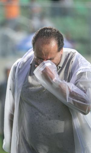 Alexandre Kalil chora no gramado do Independência em seu último jogo como presidente do Atlético-MG