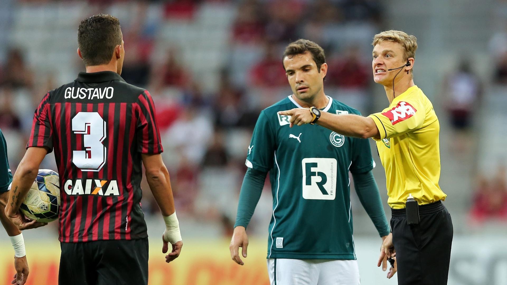 Árbitro Thiago Duarte Peixoto dá bronca em zagueiro Gustavo, do Atlético-PR