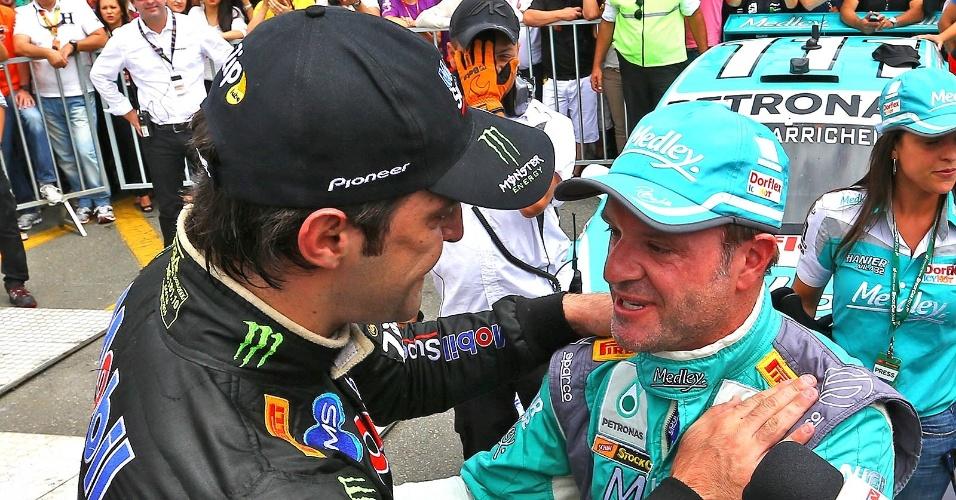 Átila Abreu parabeniza Rubens Barrichello após o piloto conquistar o título da Stock Car em Curitiba