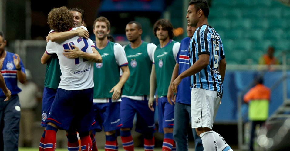 Autor do primeiro gol do jogo, Bahia comemora com companheiros de Bahia