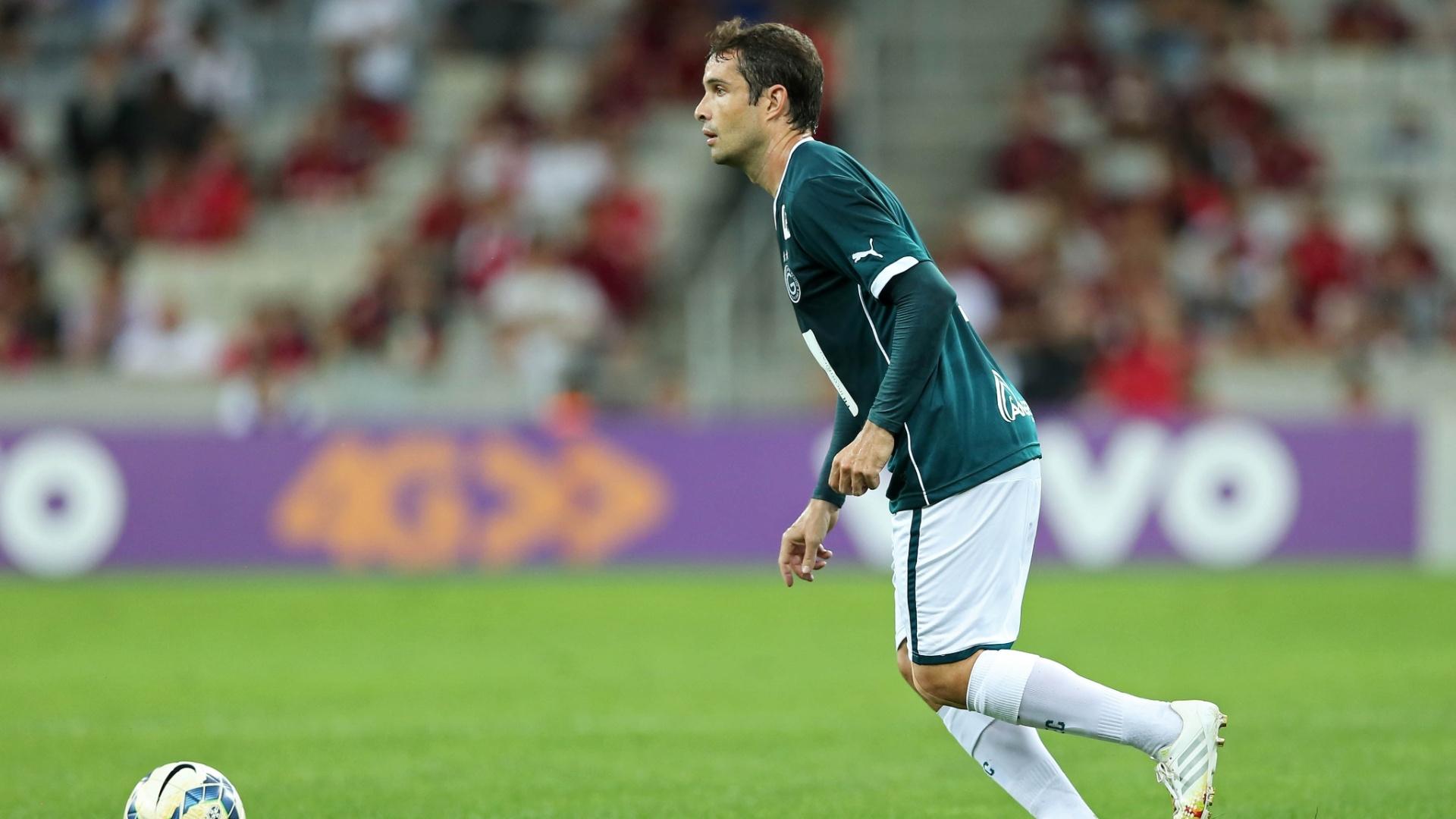 David observa movimentação em campo na partida do Goiás contra o Atlético-PR