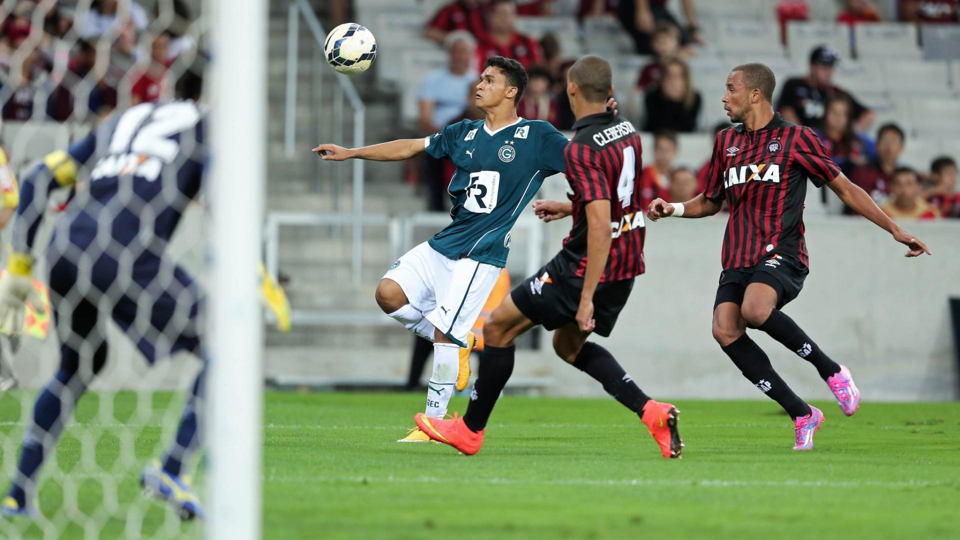 Erik tenta se livrar da marcação do Atlético-PR em jogada de ataque do Goiás