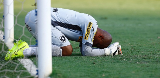 Jefferson sentiu uma lesão no braço direito no início do segundo tempo e foi substituído