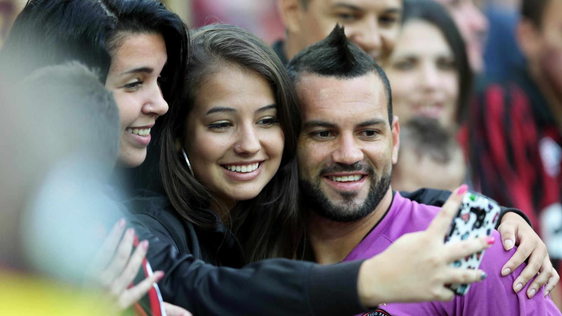 Goleiro Wéverton tira foto com torcedora antes do duelo Atlético-PR x Goiás