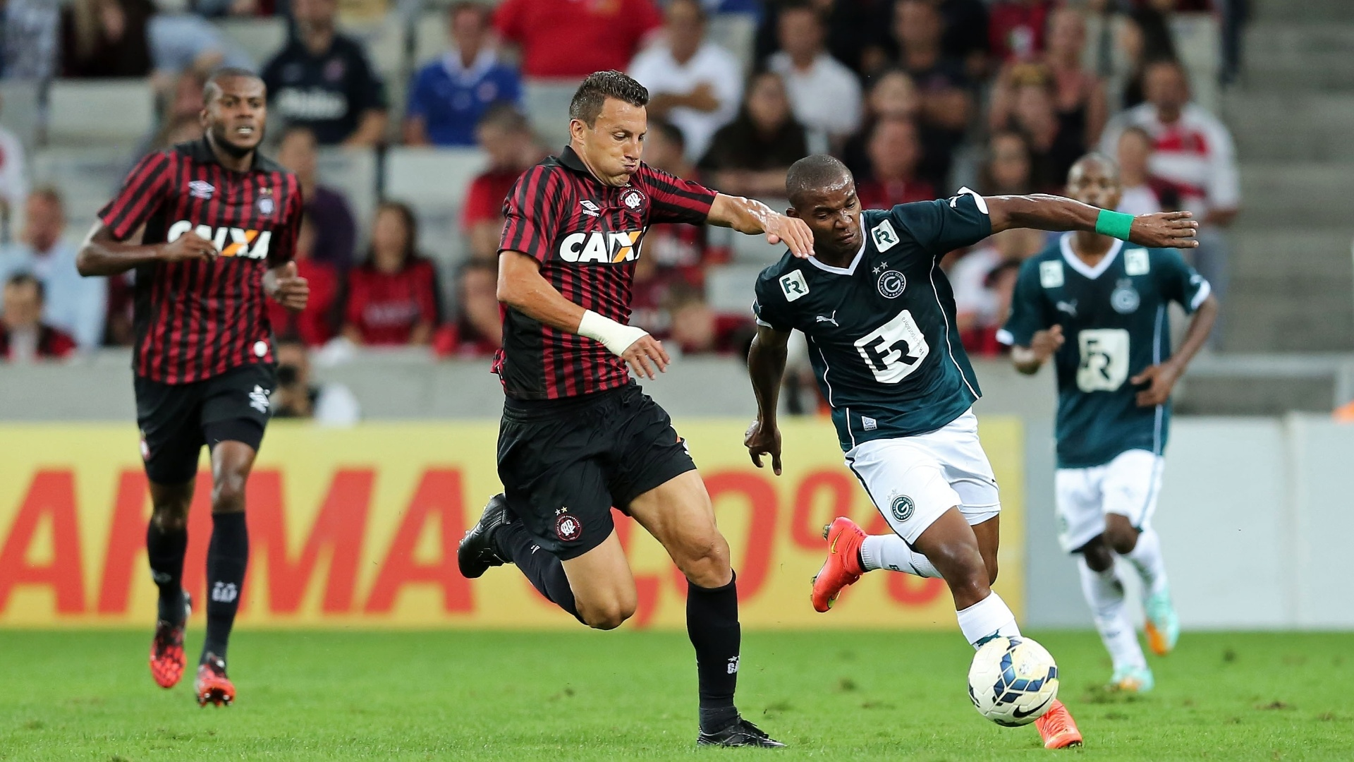 Gustavo (Atlético-PR) e Thiago Mendes (Goiás) disputam bola