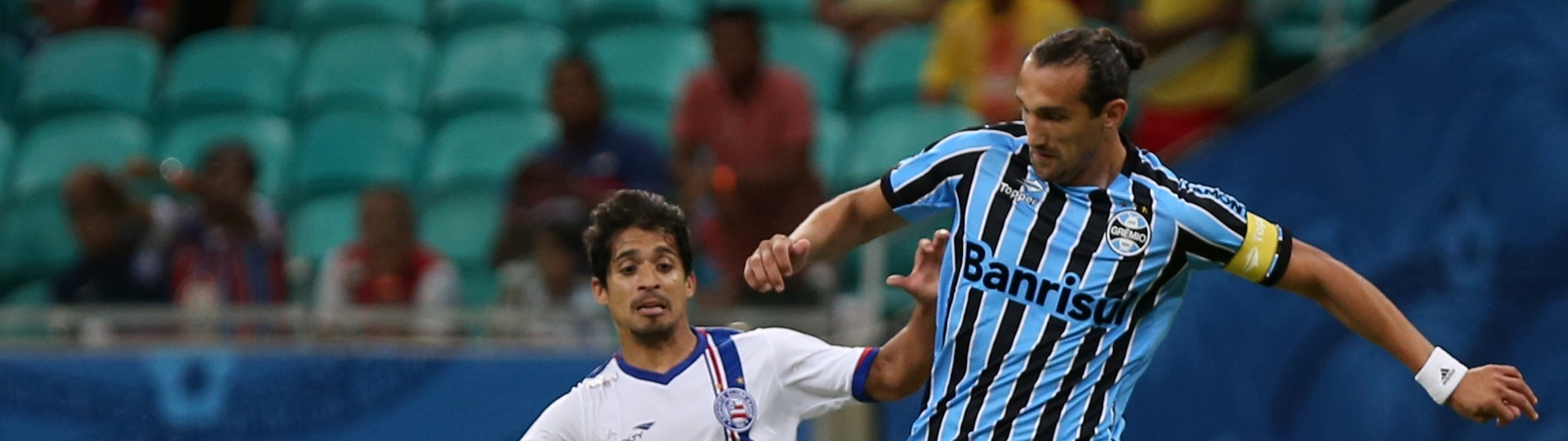 Hernán Barcos (Grêmio) e Roniery (Bahia) disputam bola na Arena Fonte Nova
