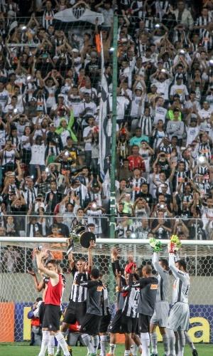 Jogadores exibem troféu de campeão da Copa do Brasil 2014 para a torcida do Atlético-MG