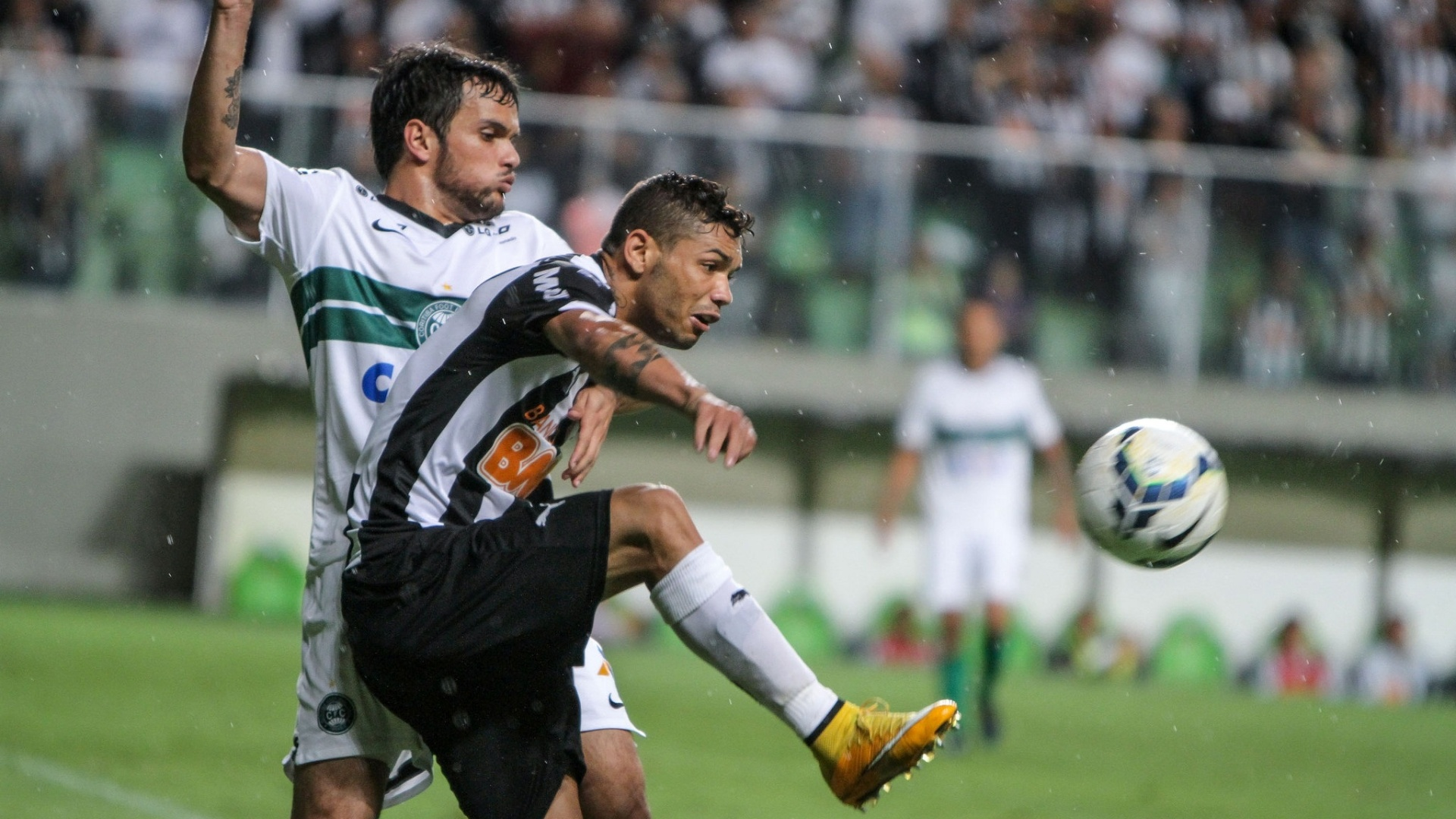 Jogando no Estádio Independência, Coritiba venceu o Atlético-MG por 2 a 1 e garantiu presença na Série A