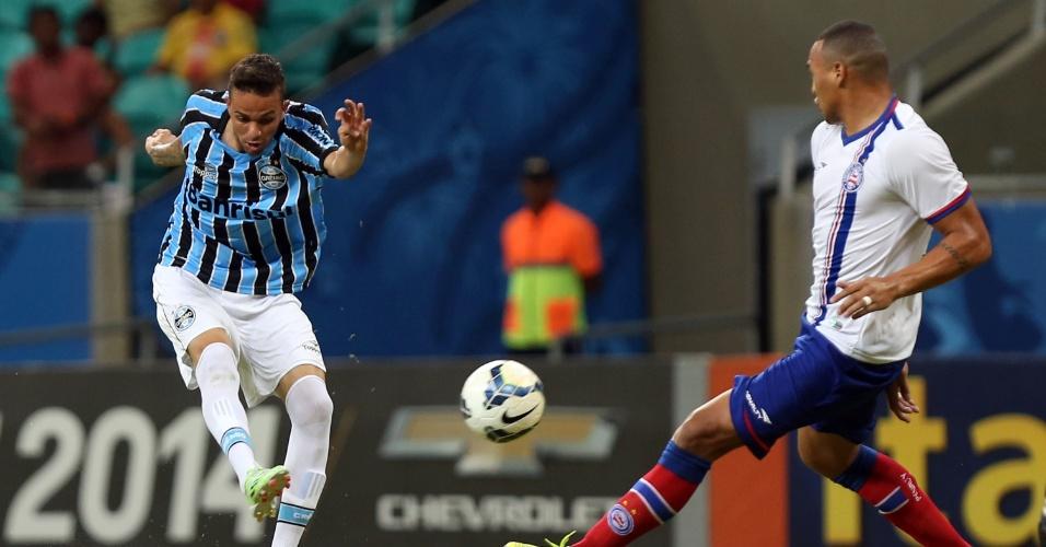 Luan arrisca chute em jogo Bahia x Grêmio em Salvador