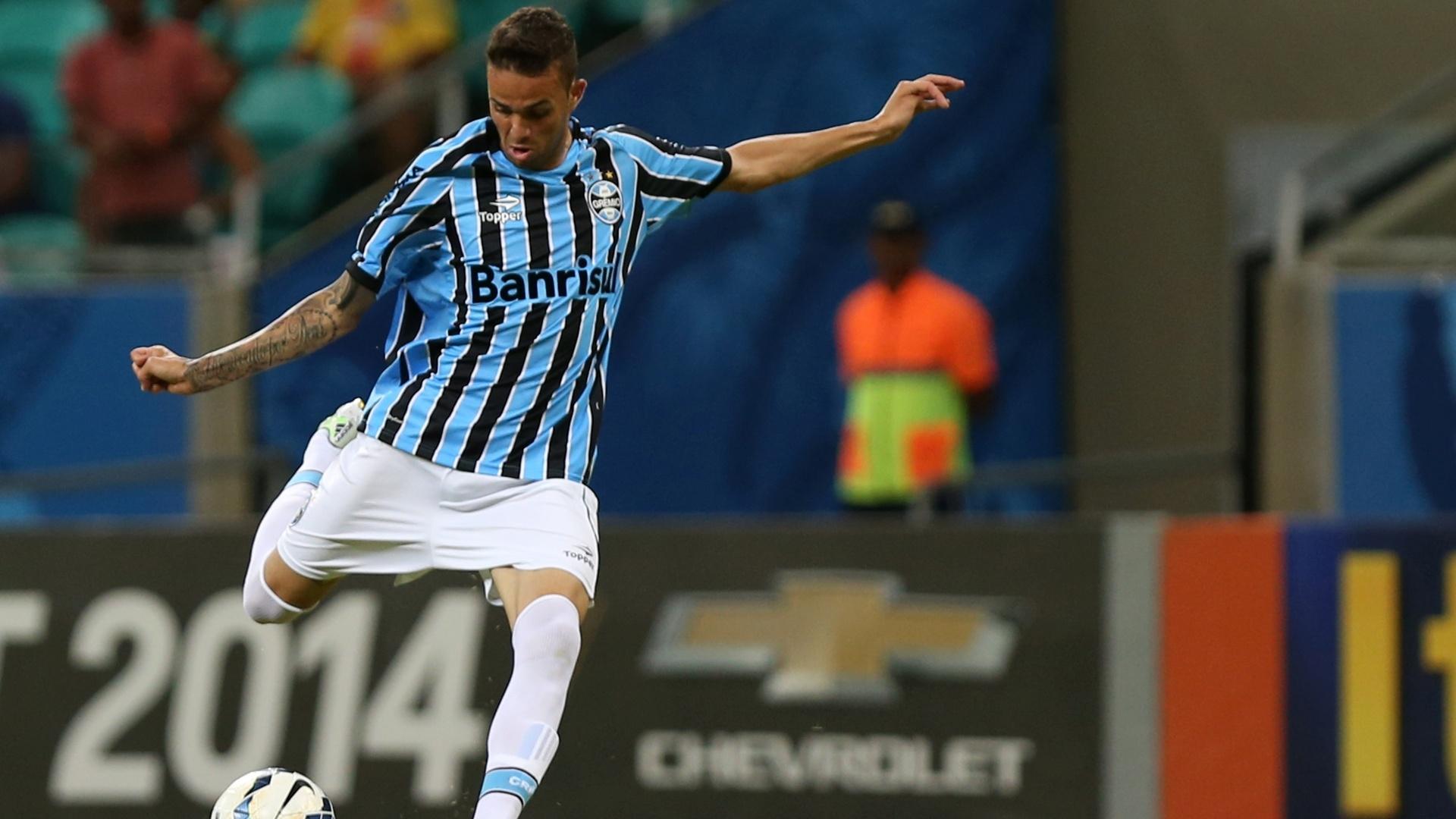 Luan prepara o chute no duelo do Grêmio fora de casa contra o Bahia