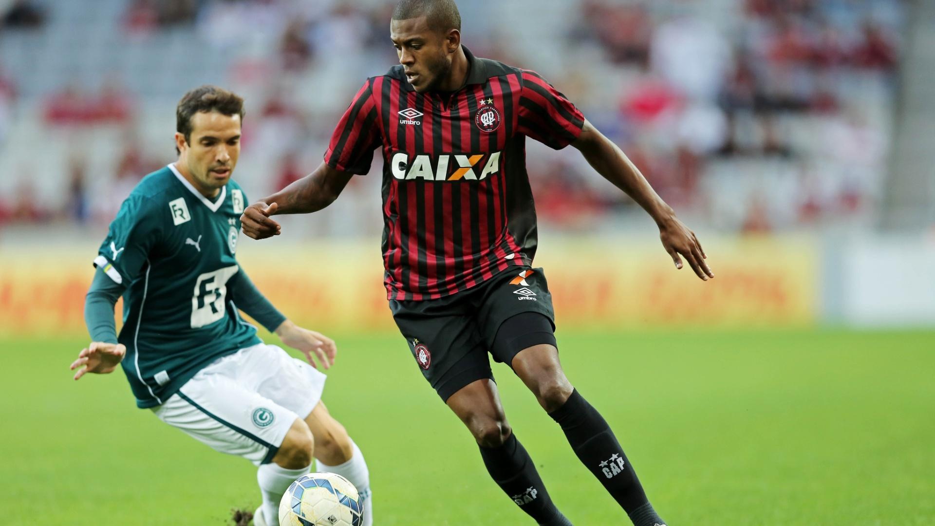 Marcelo tenta se livrar da marcação de David no duelo Atlético-PR x Goiás