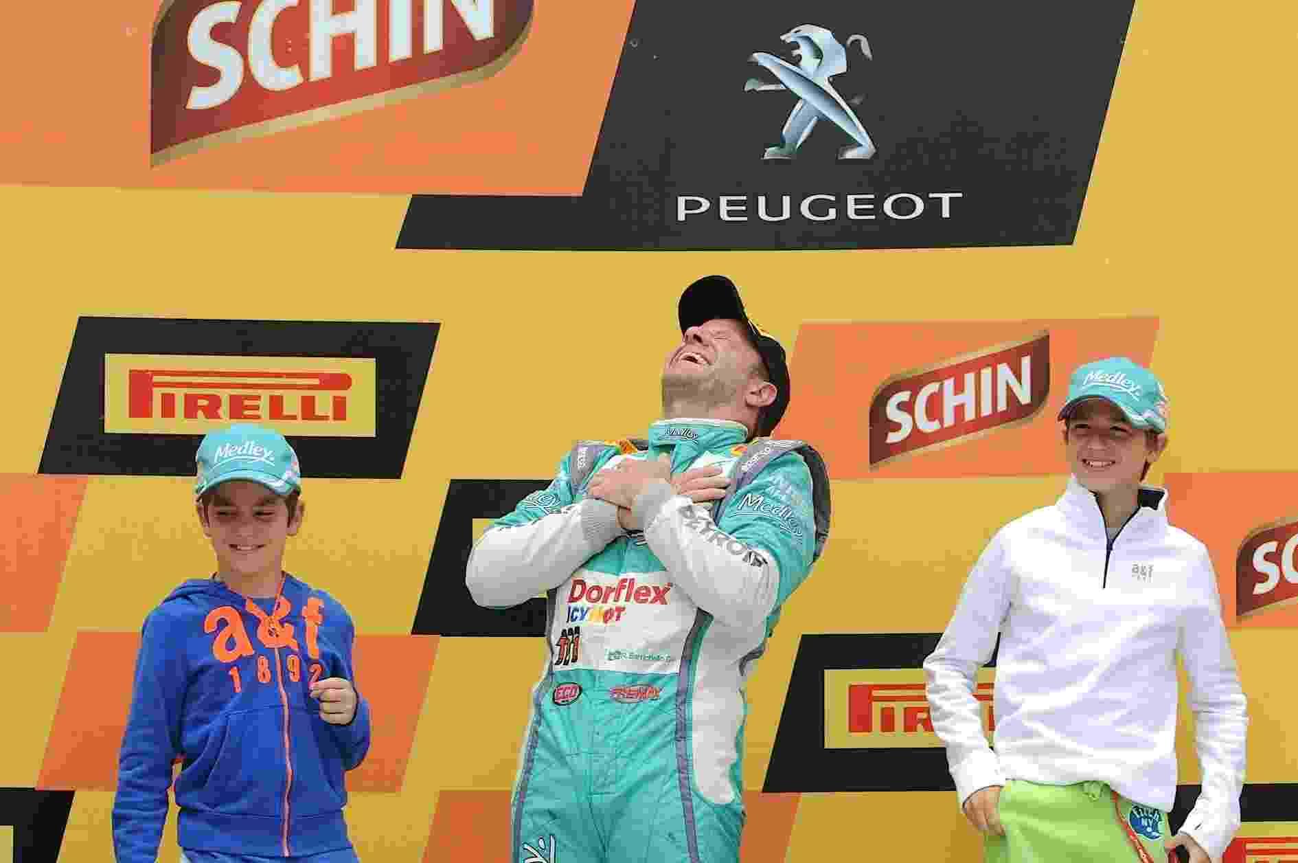 Rubens Barrichello sobe ao pódio com os filhos após ganhar o título da Stock Car em Curitiba - Divulgação