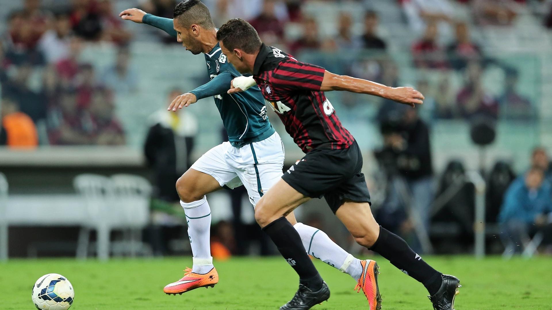 Samuel (Goiás) e Gustavo (Atlético-PR) disputam bola em duelo na Arena da Baixada