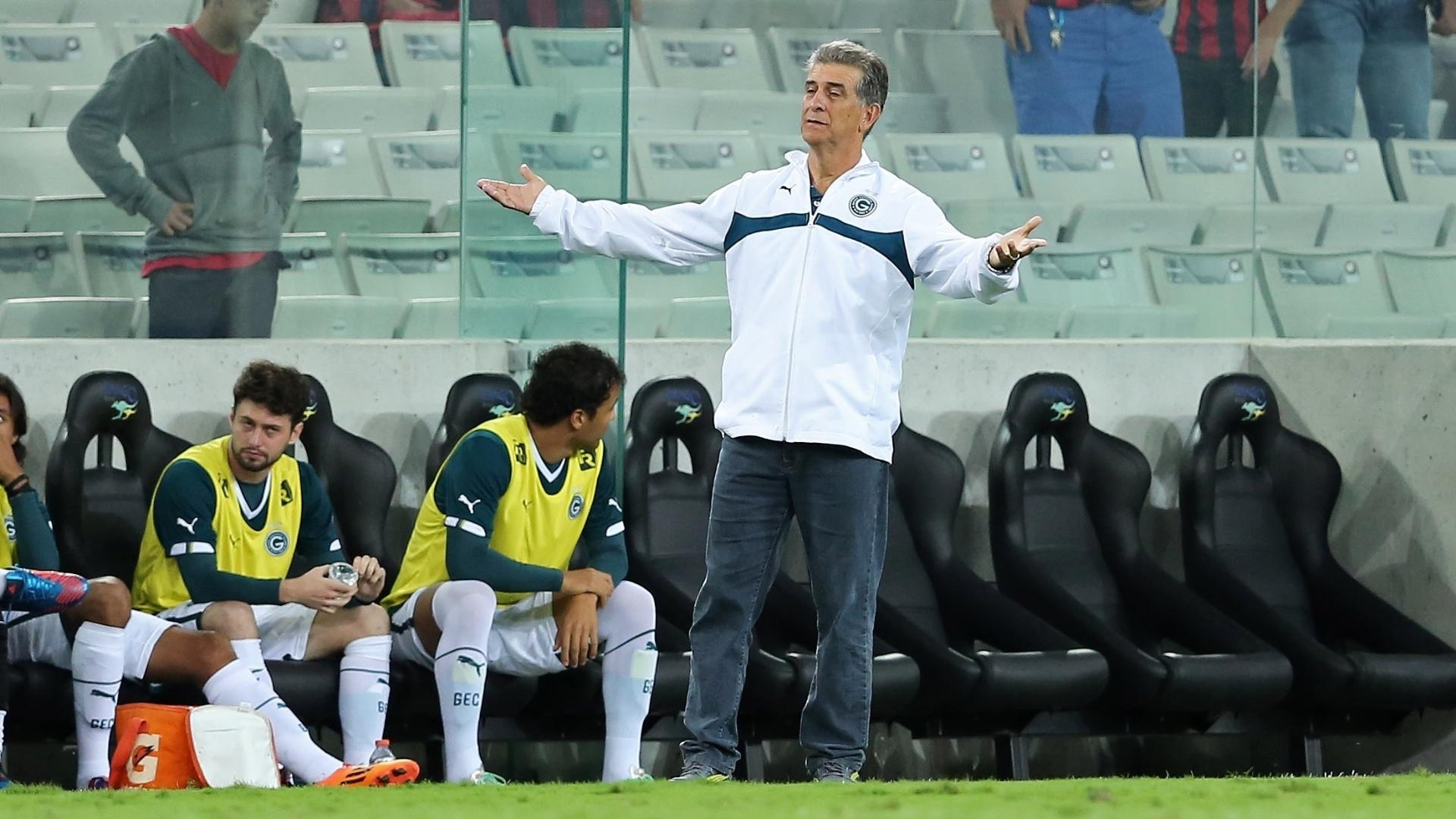 Técnico Ricardo Drubscky gesticula na beira do gramado em Curitiba