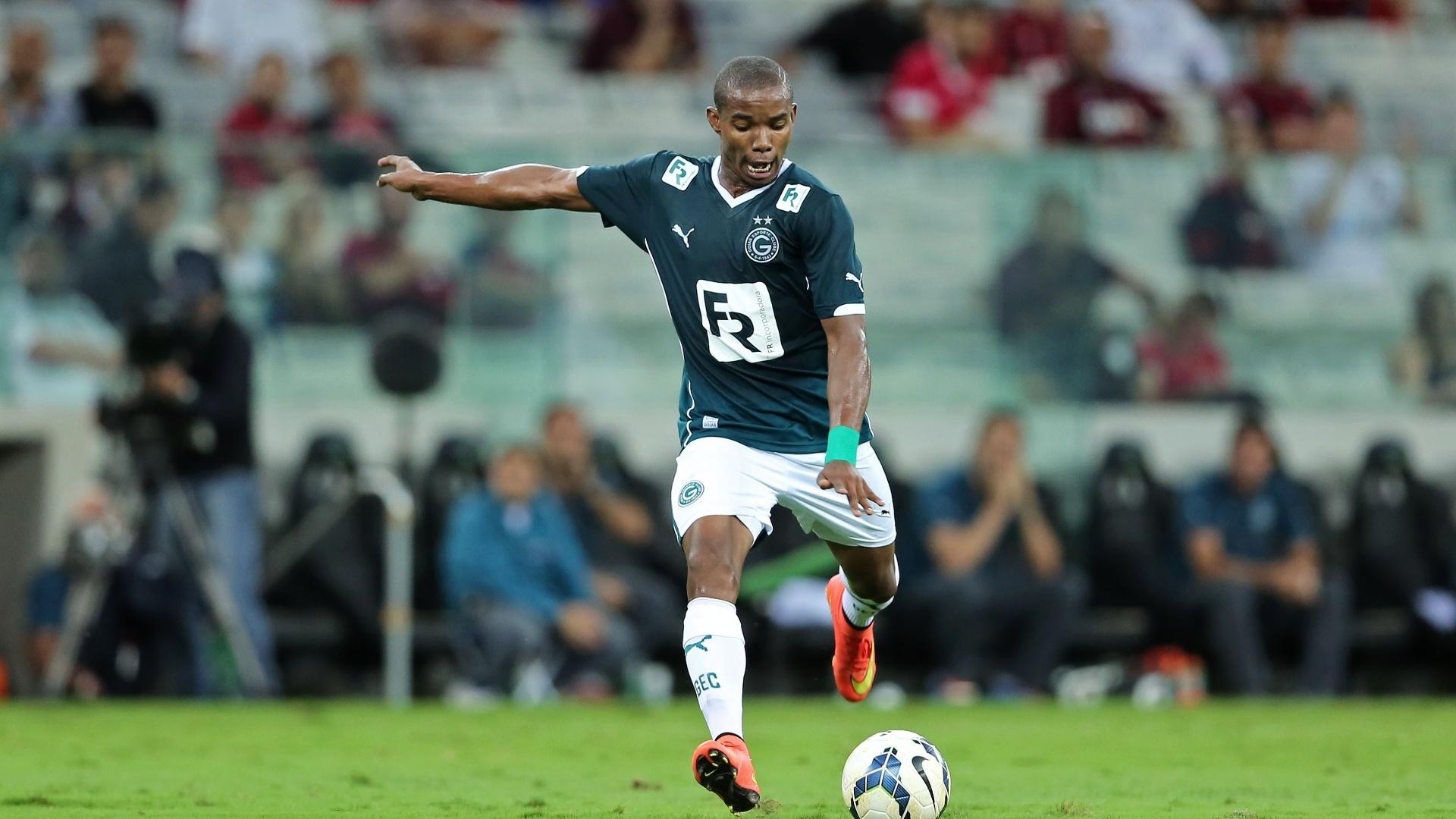Thiago Mendes prepara chute em jogo do Goiás fora de casa