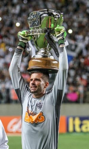 Victor exibe troféu de campeão da Copa do Brasil 2014 para a torcida do Atlético-MG