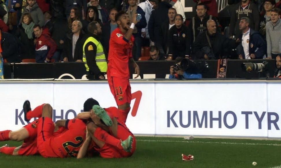 Neymar toma a água atirada em Messi pela torcida do Valencia