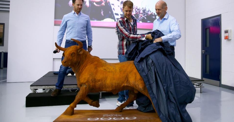 02.12.2014 - Sebastian Vettel recebe touro de presente da Red Bull em sua despedida da equipe