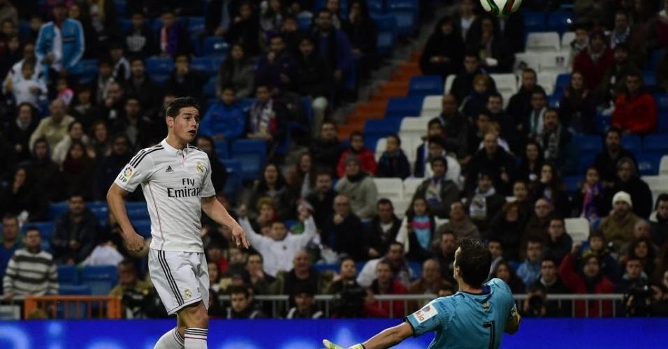 James Rodriguez toca por cima do goleiro do Cornellà e abre o placar para o Real na Copa do Rei