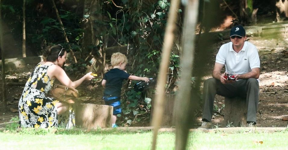 03.dez.2014 - Goleiro Rogério Ceni é visto pela primeira vez com o filho Henrique e a mãe da criança, em uma praça pública, em São Paulo