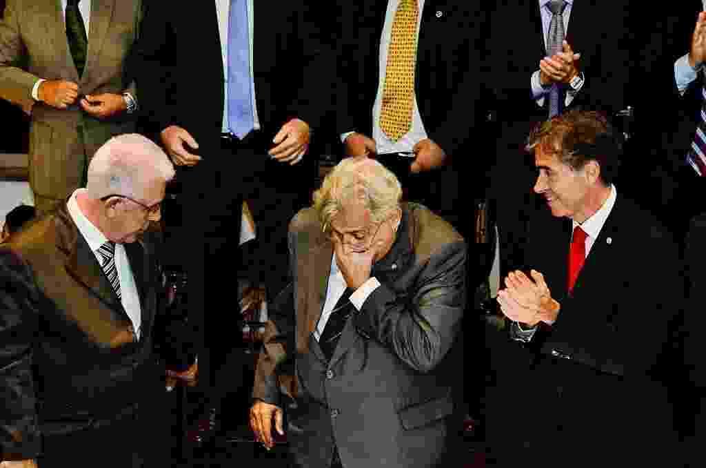 Ao lado de Fernando Horta (e) e Luis Fernandes (d), Eurico Miranda (c) se emociona ao tomar posse como presidente do Vasco - Glaucon Fernandes/ELEVEN
