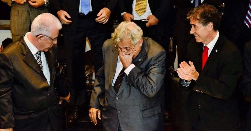 Ao lado de Fernando Horta (e) e Luis Fernandes (d), Eurico Miranda (c) se emociona ao tomar posse como presidente do Vasco