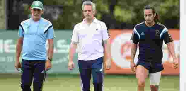 O prepardor físico Celso Rezende, o fisioterapeuta Jose Amador e o jogador Valdivia - Cesar Greco/Ag. Palmeiras/Divulgação