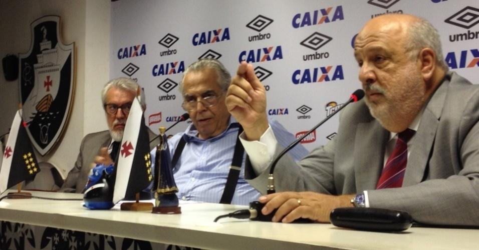 Paulo Reis (d), vice jurídico do Vasco, Eurico Miranda (c) e Silvio Godoy, 2º vice geral, (e) concedem entrevista em São Januário