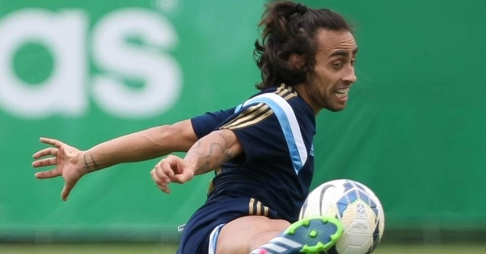 Valdivia treina normalmente com bola nesta quarta-feira (3)