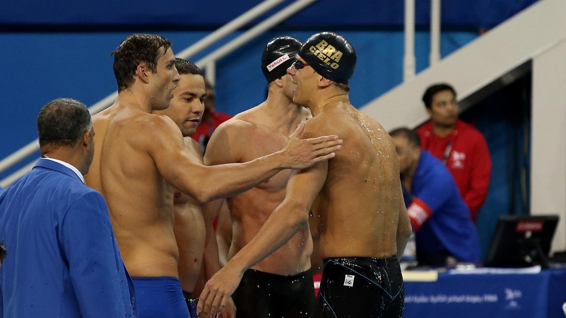 Nadadores brasileiros se cumprimentam após quebrar o recorde mundial do 4x50m medley