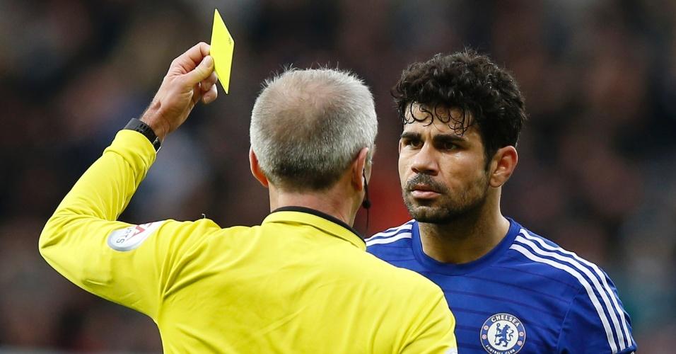 Diego Costa recebe o cartão amarelo após reclamar com o árbitro na derrota do Chelsea para o Newcastle