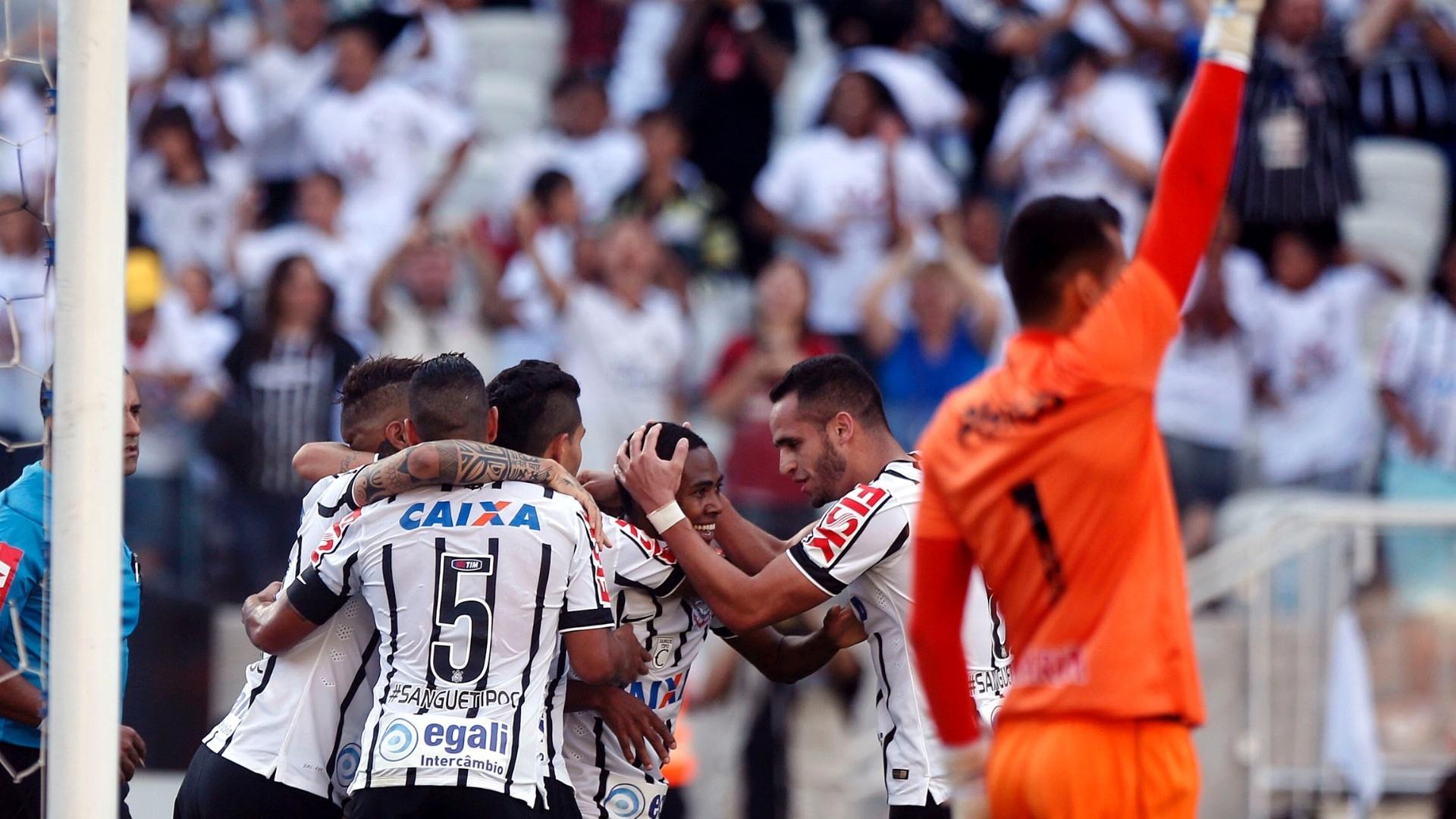 Elias aproveitou sobra dentro da área para abrir o placar para o Corinthians