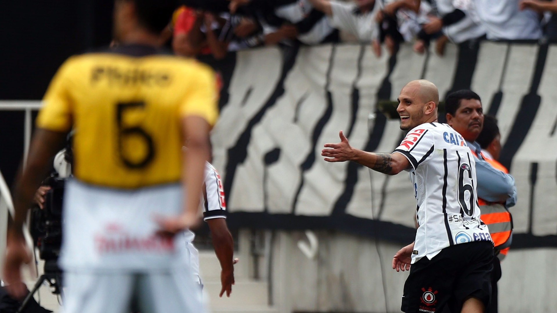 Fábio Santos comemora segundo gol do Corinthians contra o Criciúma