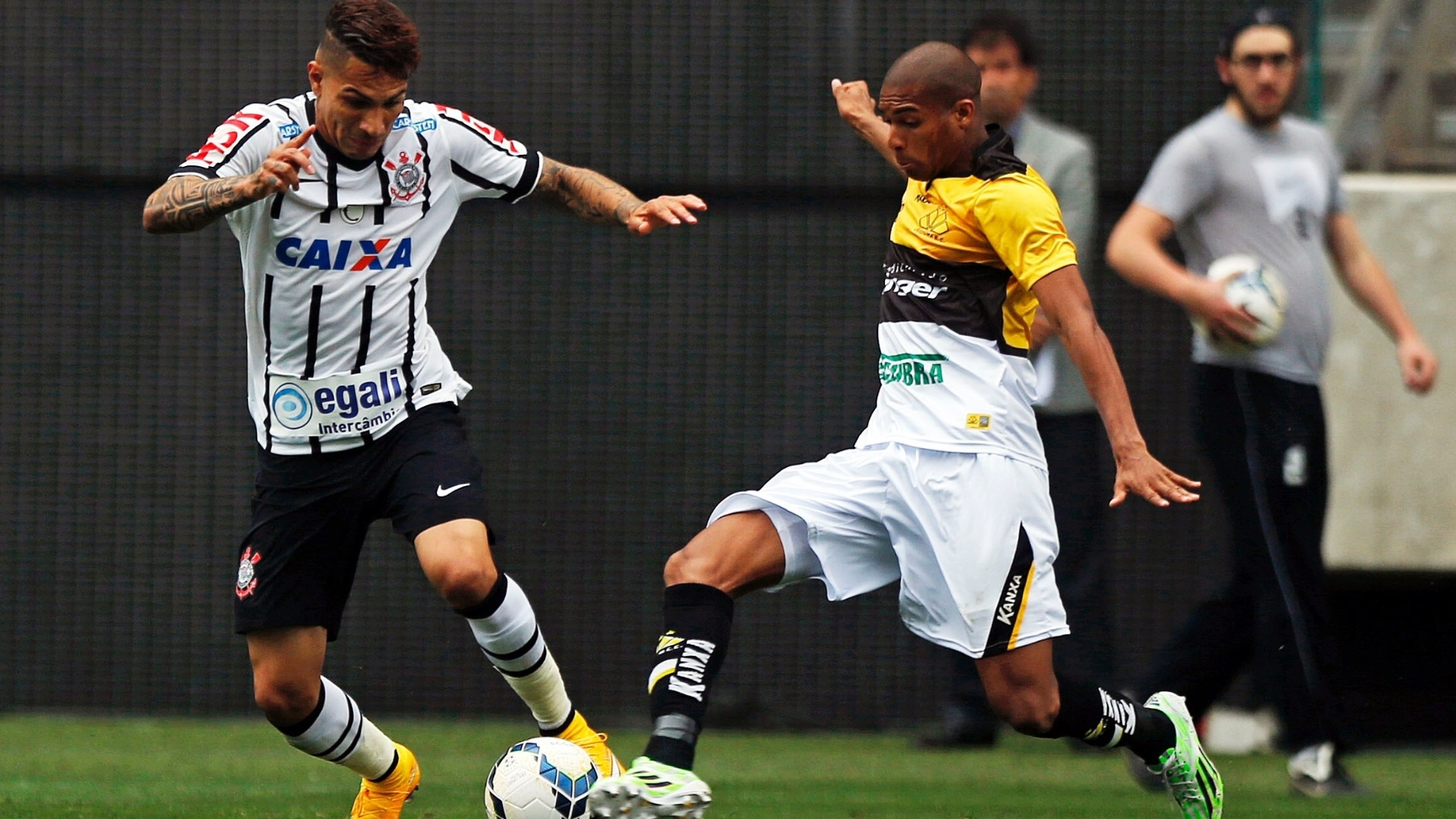 Guerrero tenta fazer jogada na partida do Corinthians contra o Criciúma