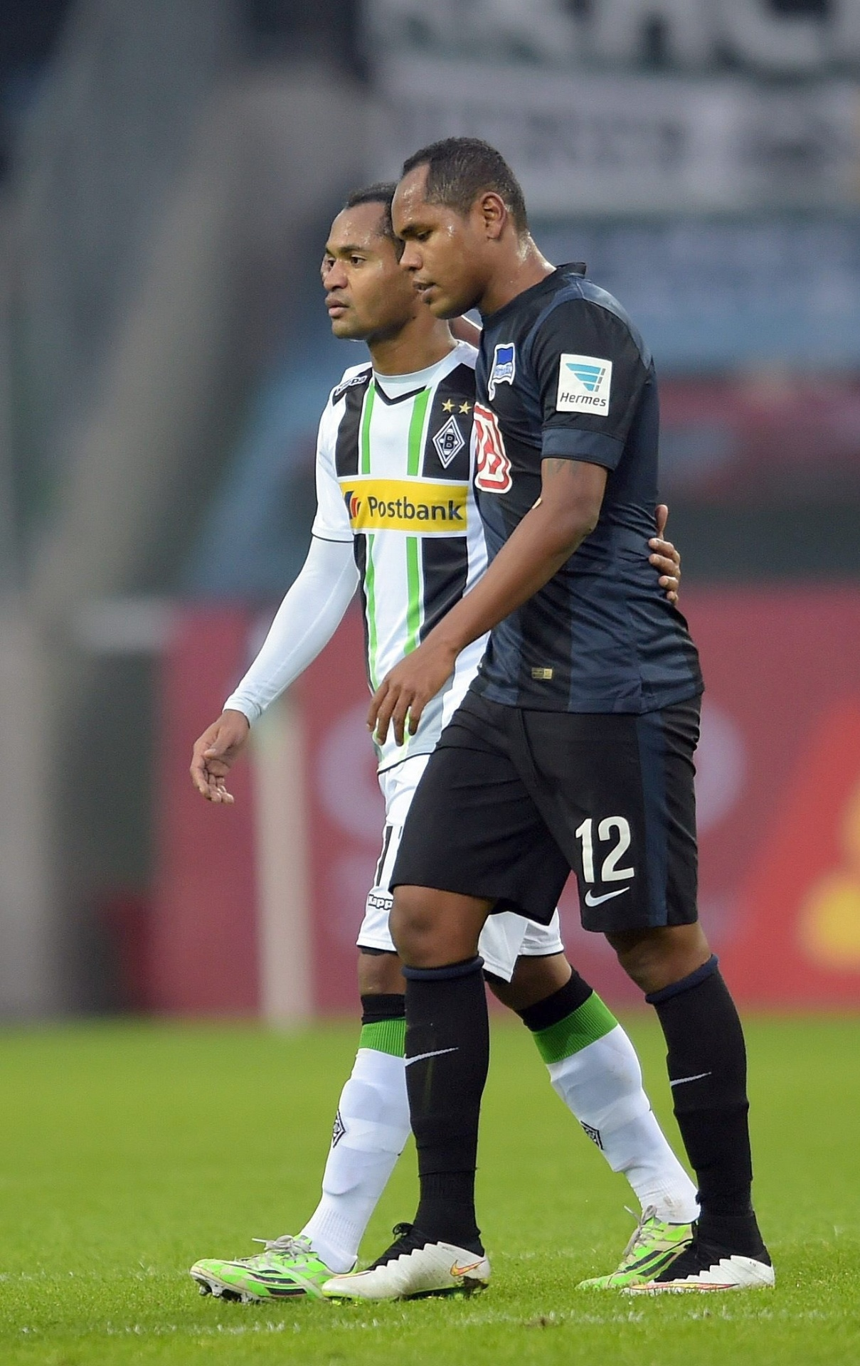 Irmãos Raffael e Ronny se encontram durante jogo entre Borussia Moenchengladbach e Hertha Berlin