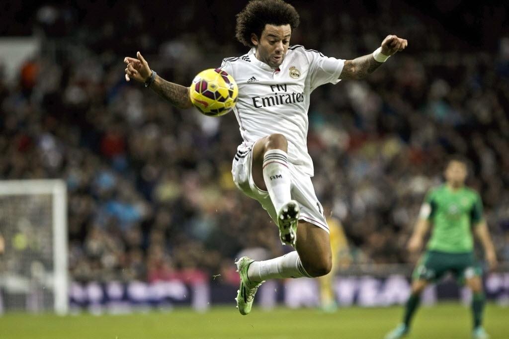 Lateral brasileiro Marcelo domina a bola para o Real Madrid