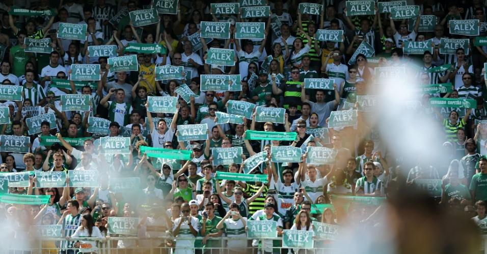 Alex é homenageado pelo Coritiba em seu último jogo como profissional