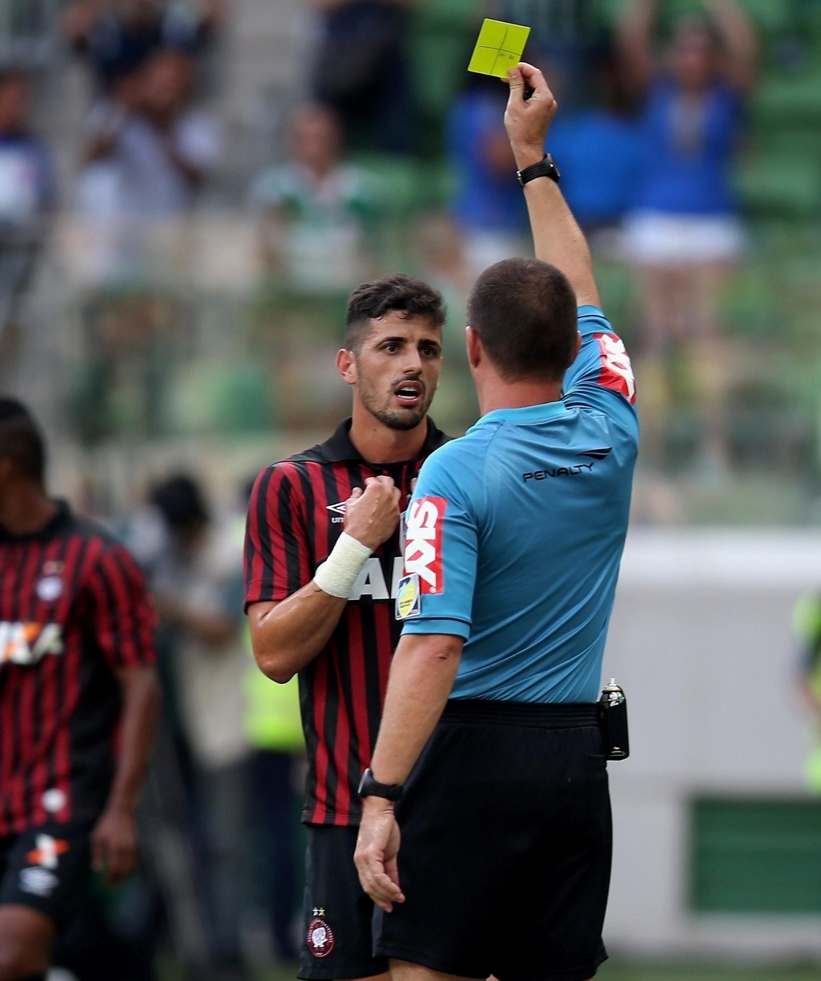 Dráusio é advertido com cartão amarelo no duelo do Atlético-PR contra o Palmeiras