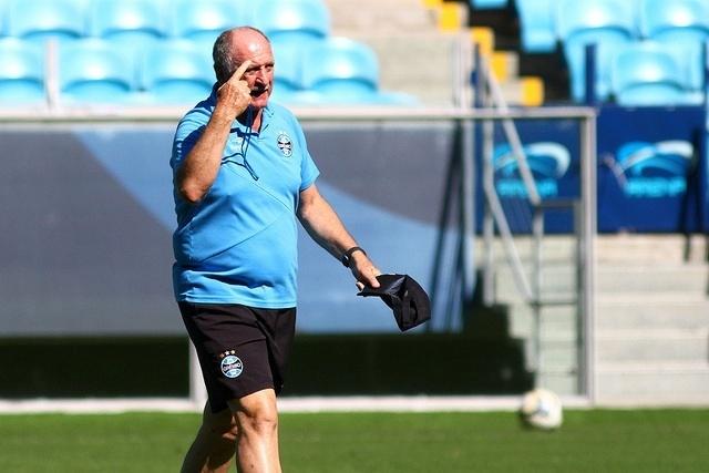 Felipão gesticula em treinamento do Grêmio