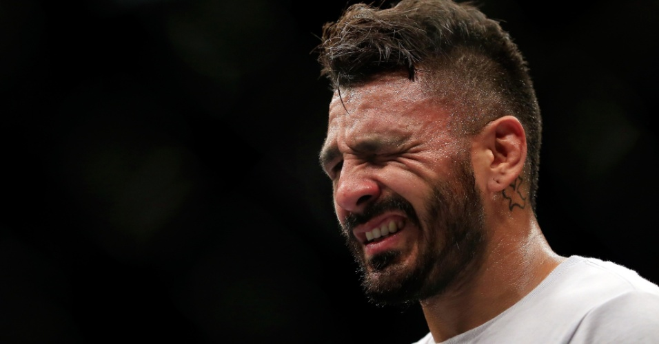 Francisco Rivera sente dores no olho após tomar um dedada involuntária de Urijah Faber. O problema é que Faber conseguiu a finalização logo após o incidente