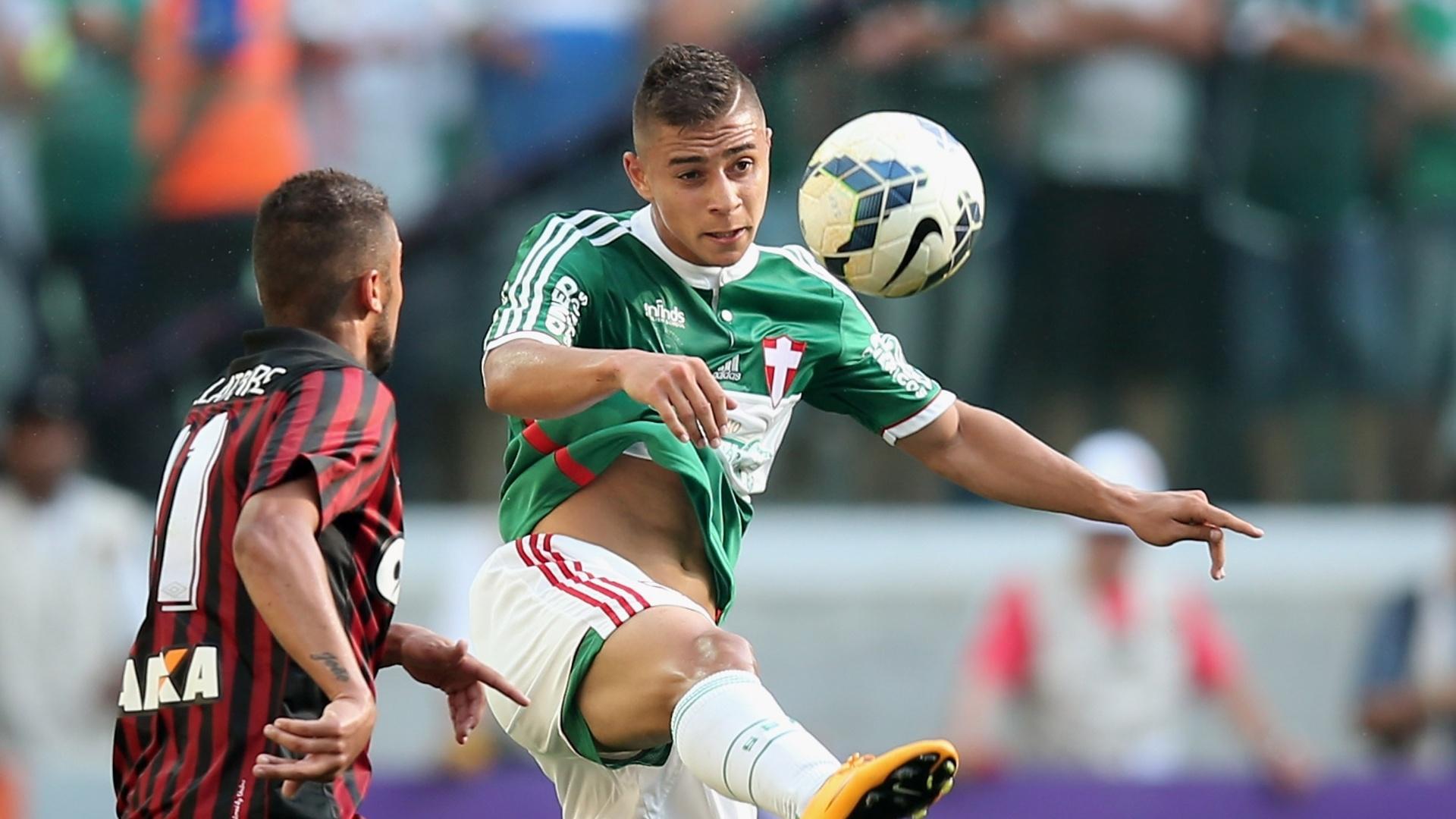 João Pedro, do Palmeiras, disputa bola com Dellatore, do Atlético-PR